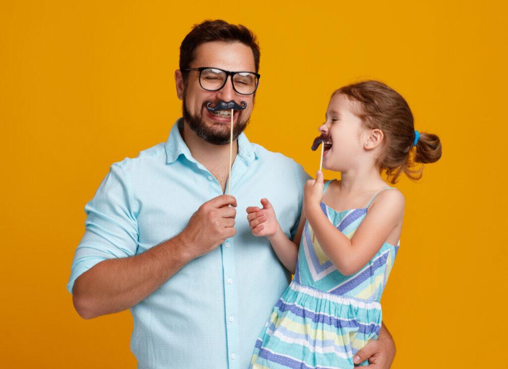 tata i córka świętują dzień ojca