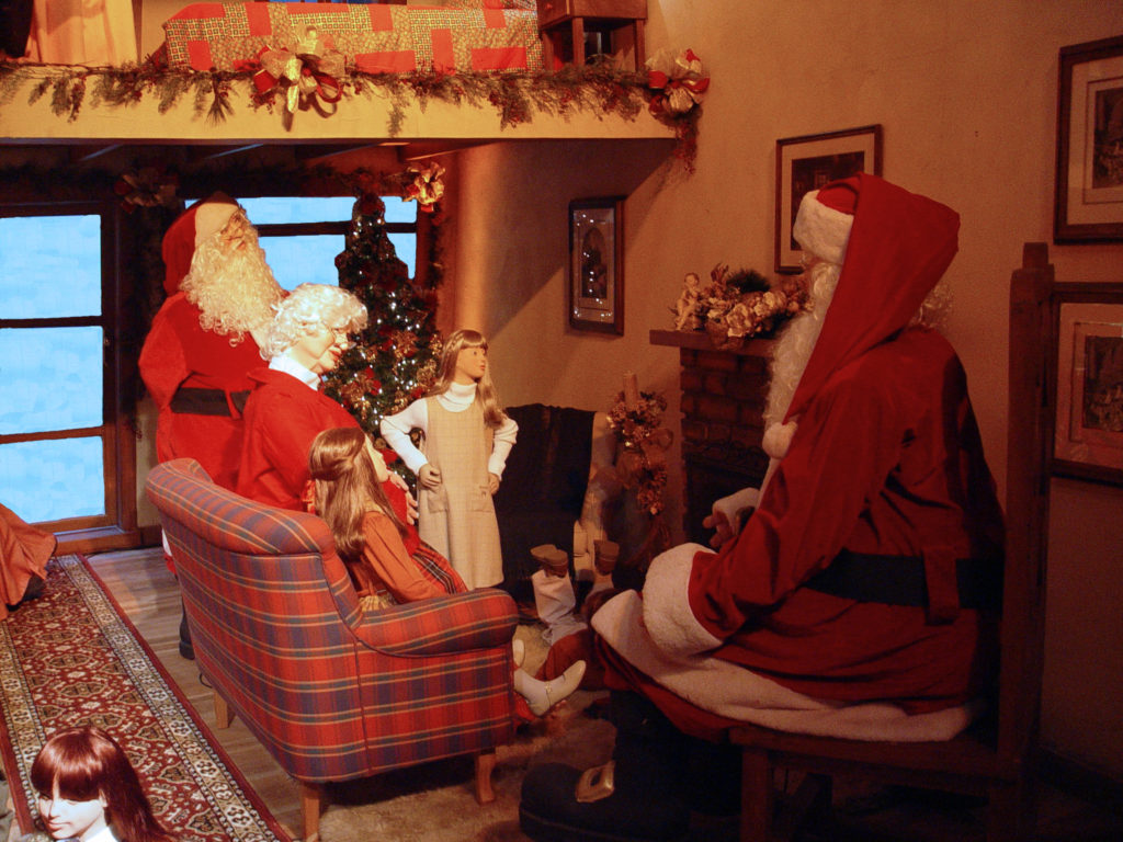 santa-and-children-1471436-1
