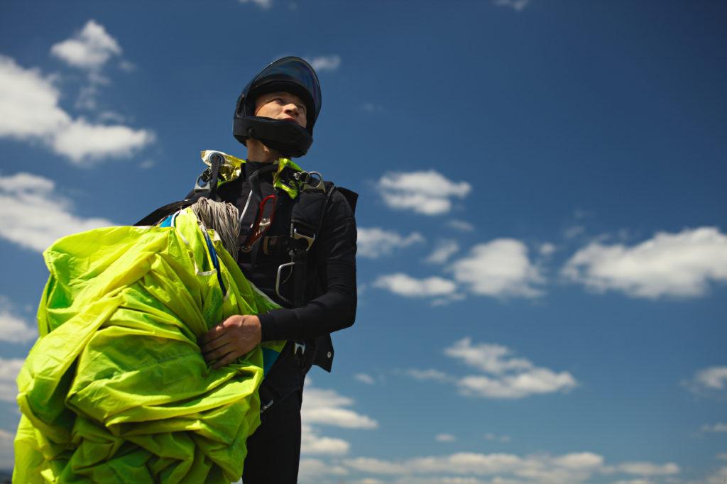 chłopak po skoku ze spadochronem