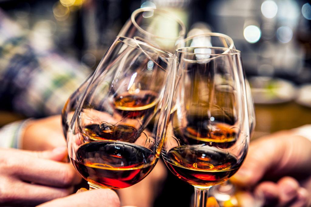 Wino, kieliszki, alkohol, stukanie się kieliszkami
