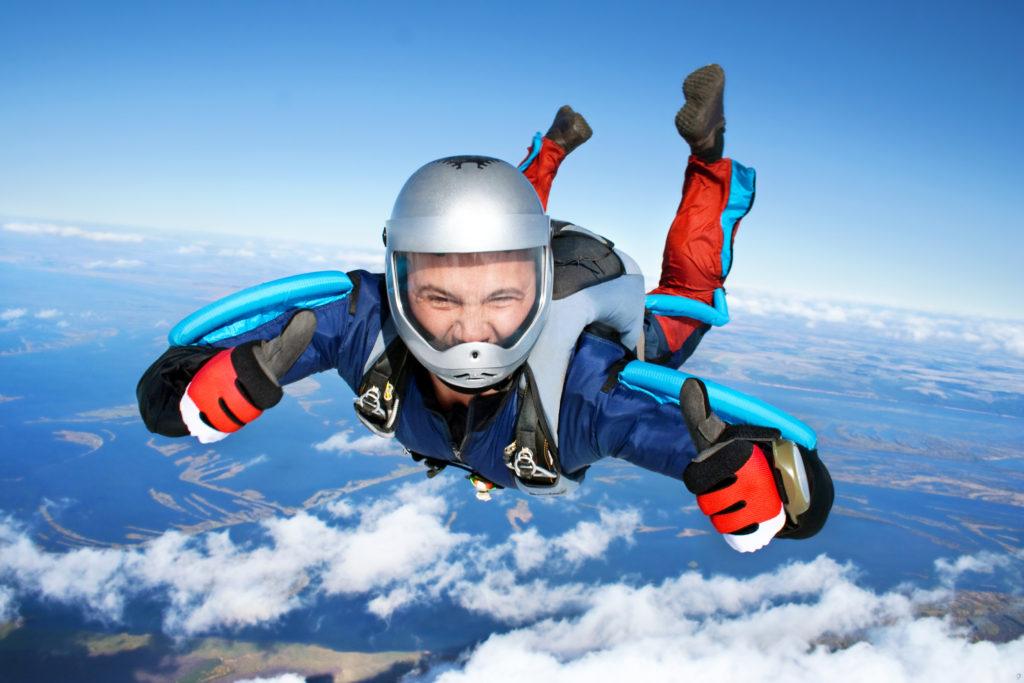 Skok ze spadochronem wśród chmur