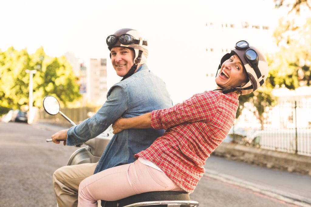 rodzice na skuterze - prezenty dla rodziców