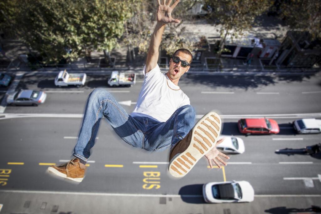 ekstremalne prezenty - skaczący chłopak z wieżowca