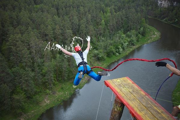 Skok na bungee, widok z góry, skok nad wodą