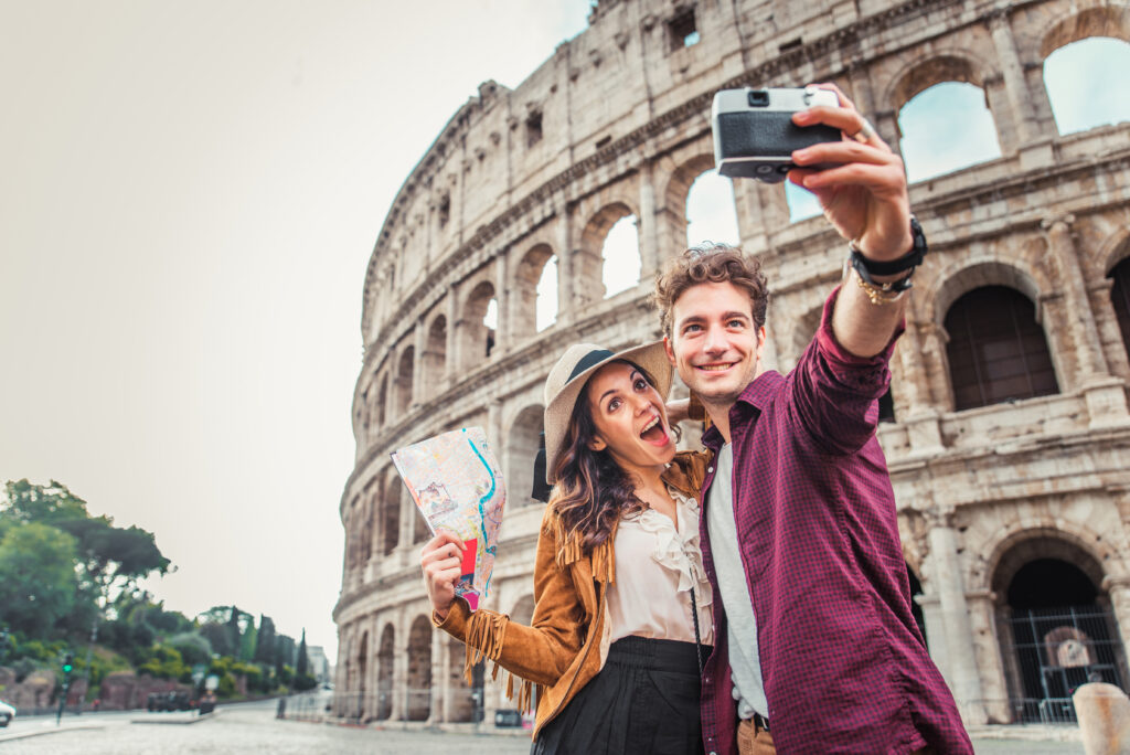 Para robiąca sobie selfie  pod Koloseum.