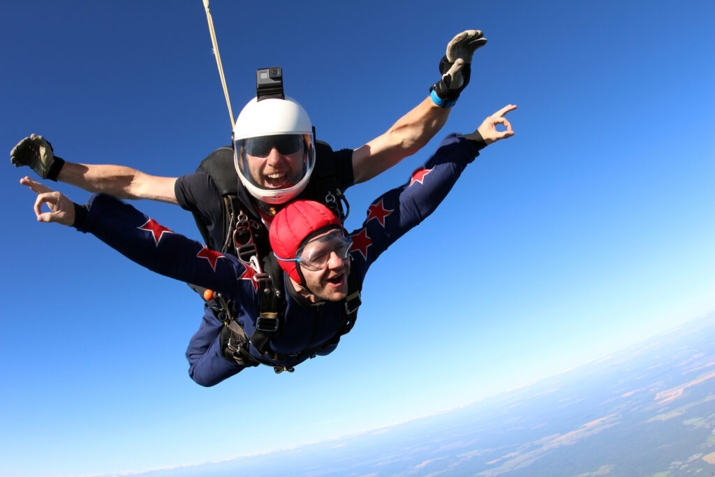 Skok ze spadochronem w tandemie.