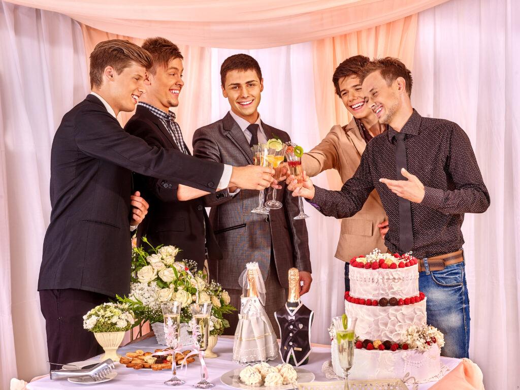 Mężczyźni wznoszący toast, wieczór kawalerski ślub