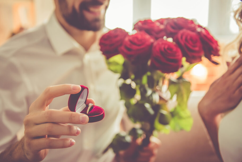 Zaręczyny, pierścionek, bukiet róż, prezent przeżycie z wyjatkowy prezent.pl