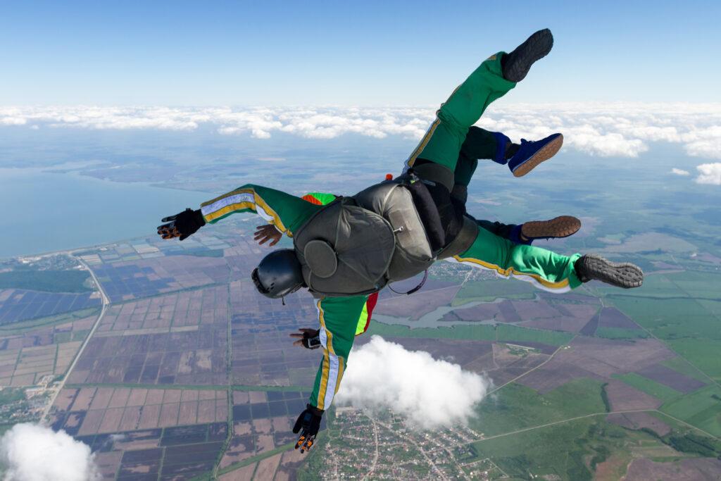 Skok ze spadochronem w tandemie, z widokiem na ziemie .