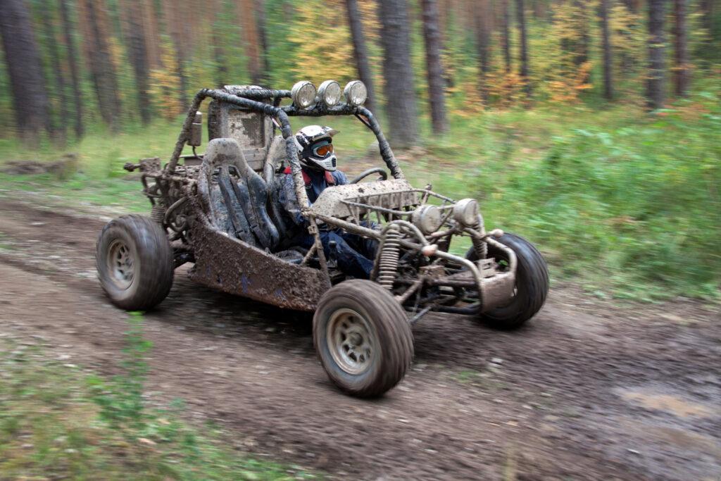 Jazda offrodowa buggy w lesie.