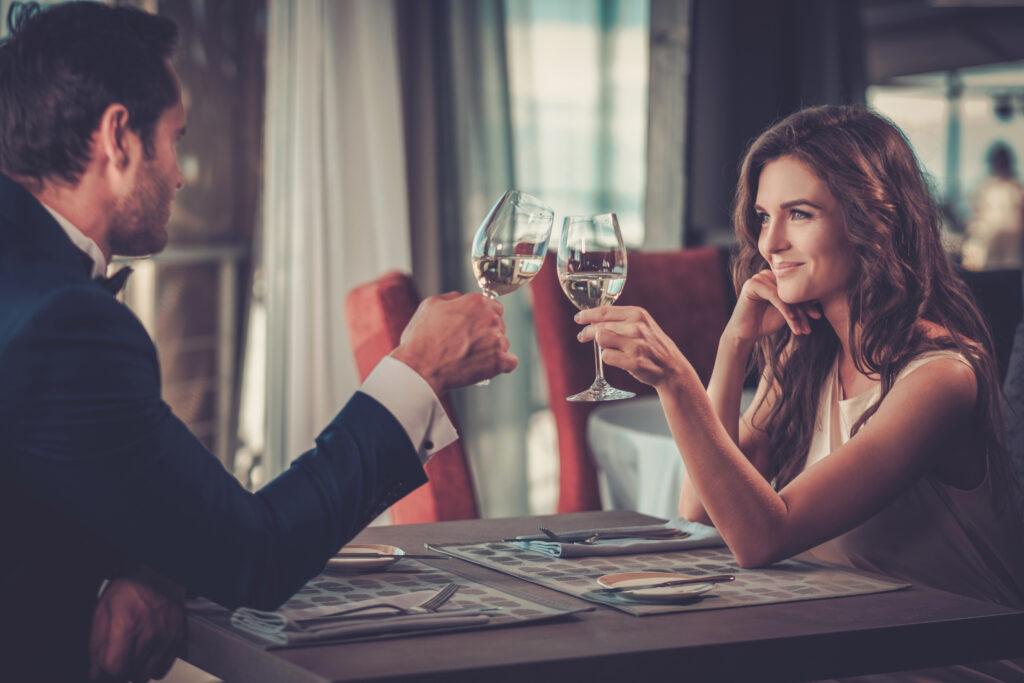 Wpatrzona w siebie para wznosząca toast.
