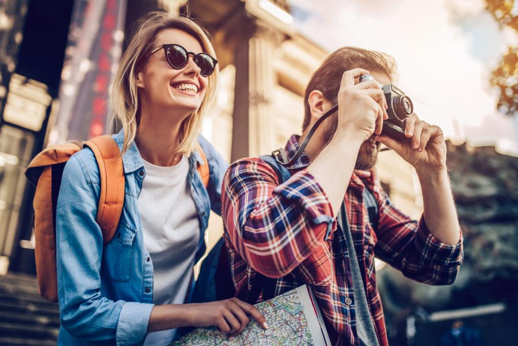 Mężczyzna  robiący zdjęcie z przyglądającą się kobietą.