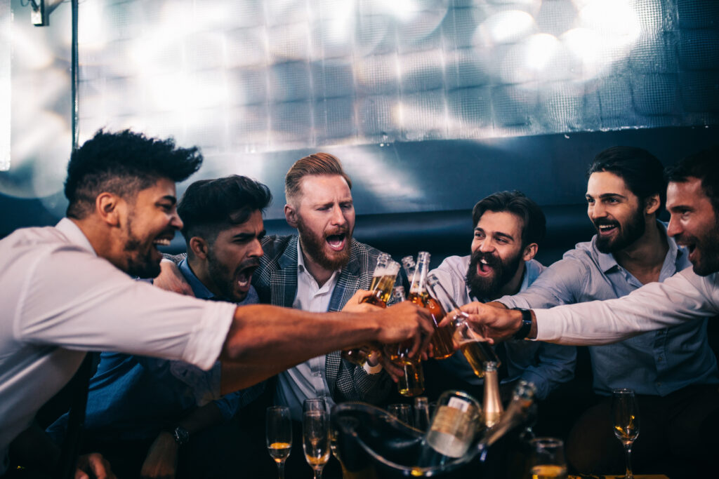 Mężczyźni wznoszący toast, wieczór kawalerski.