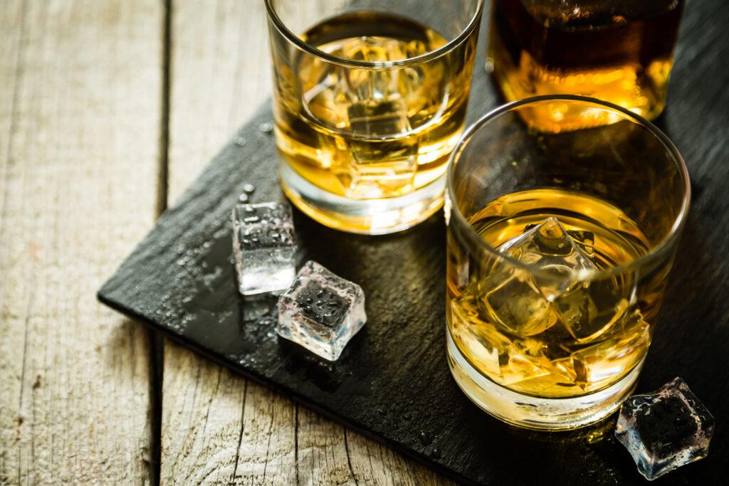 Szklaneczki z kostkami lodu i whisky