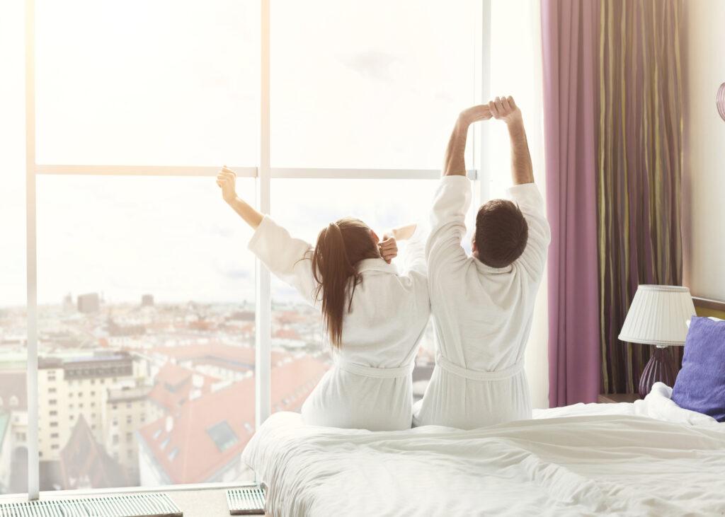 Poranek, relaks dla dwojga w hotelu.