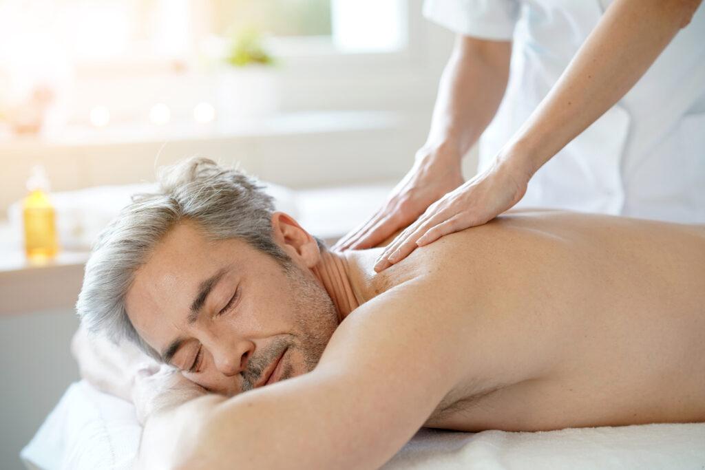 Relaksacyjny masaż pleców dla mężczyzny.