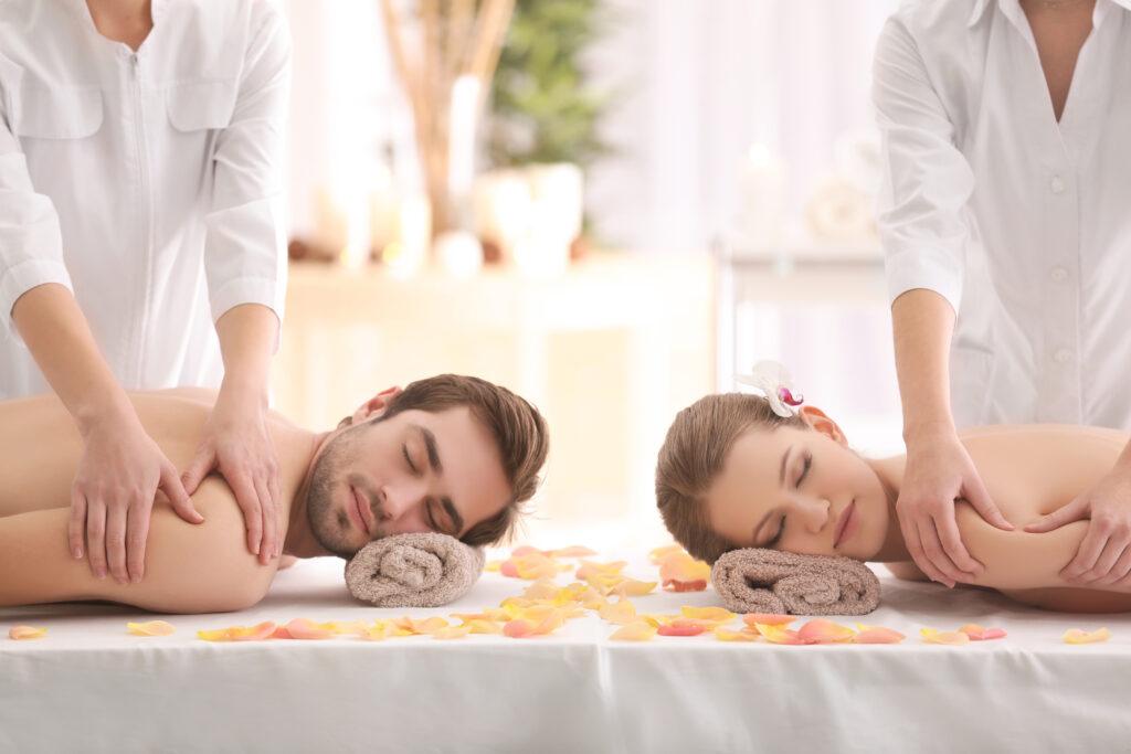 Relaks pary podczas masażu pleców.