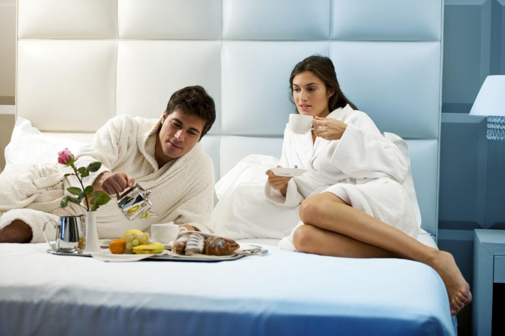 Dwie osoby, kawa, łóżko, jedzenie, owoce, róża, SPA, relaks