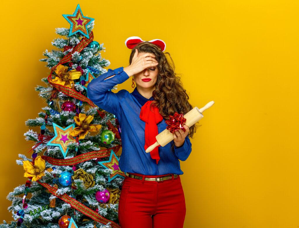 Nieudany prezent, kobieta z wałkiem jako prezent, niezadowolona, choinka
