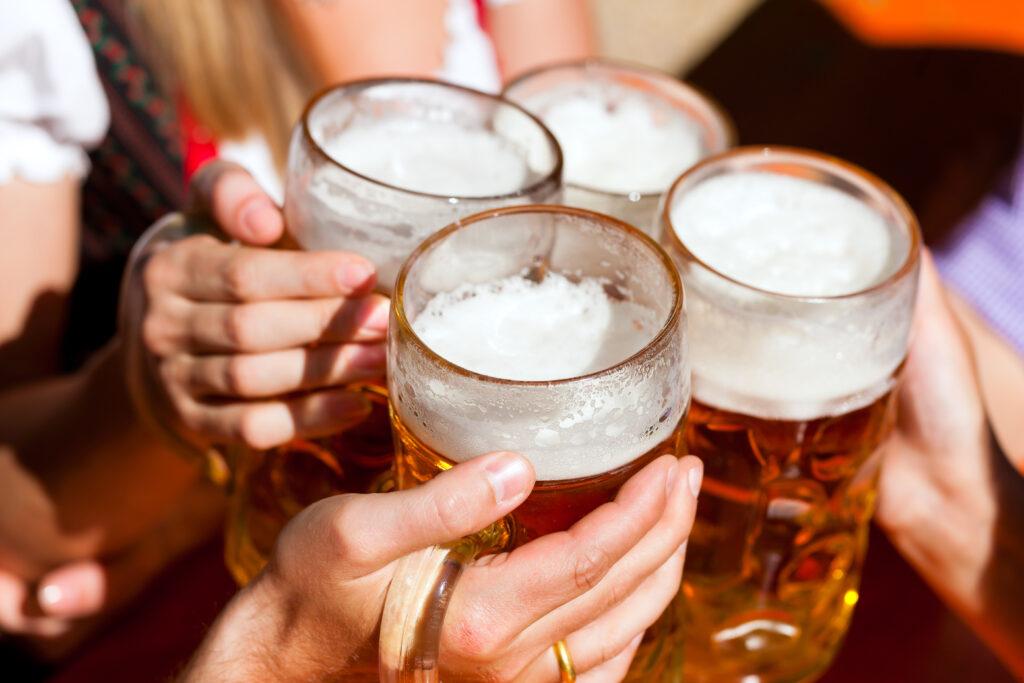 Kufle, piwo, toast, ręce