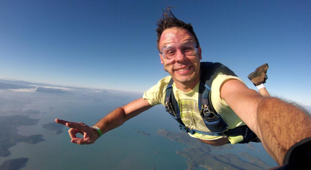 Chłop skacze ze spadochronem i robi sobie selfie