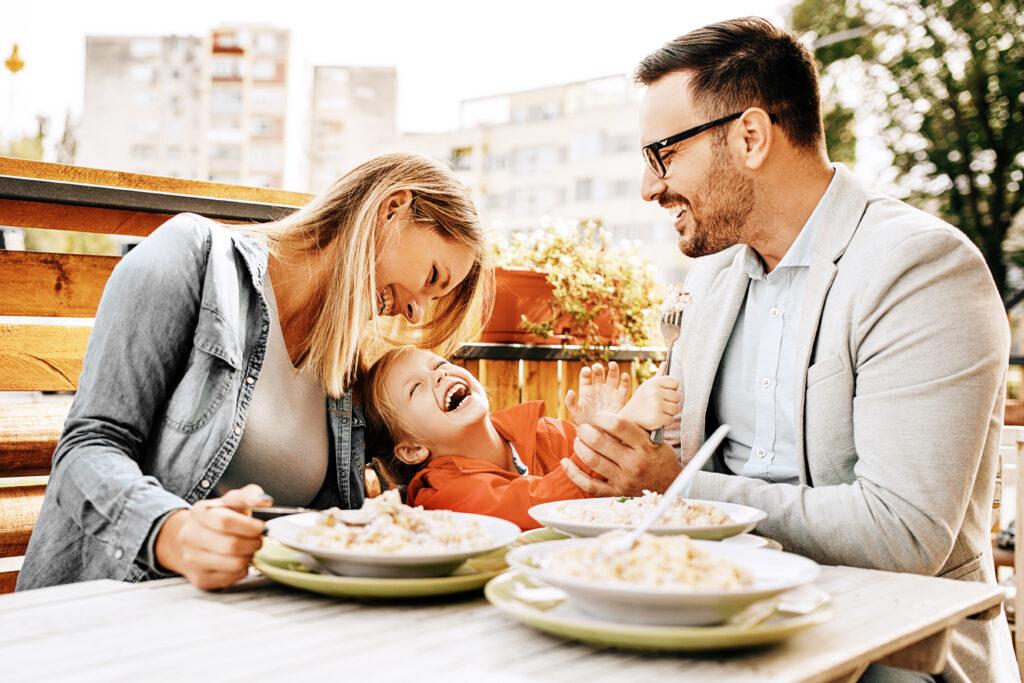 Rodzice, dziecko, jedzenie, radość