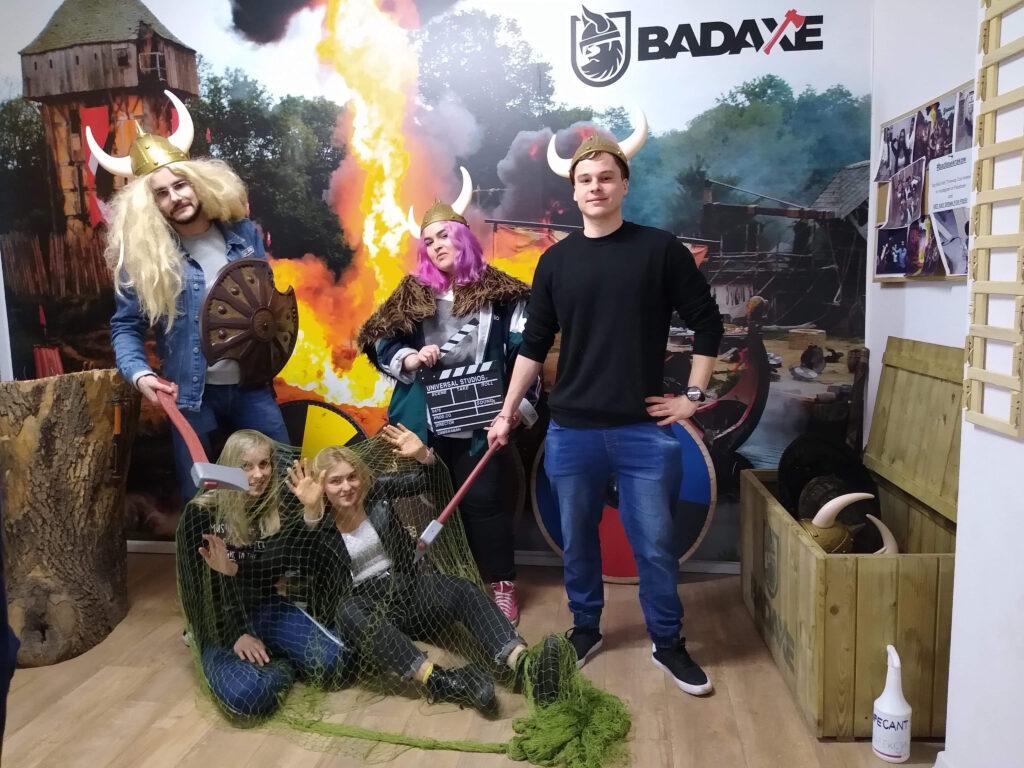 Krakowski zespół WP podczas integracji w Bad Axe na Rzucaniu Siekierami. 3 kobiety, 2 chłopów
