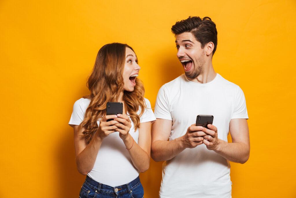 Pan i Pani, nie wiem czy zakochani. Uśmiechnięci bo gapią się w ekran smartfonów.