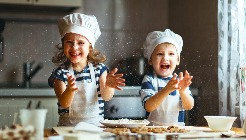 Dzieci się cieszą, robiąc bałagan w kuchni.