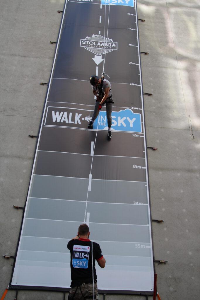 Walk in The Sky - shcodzi sobie człowieczek po ścianie