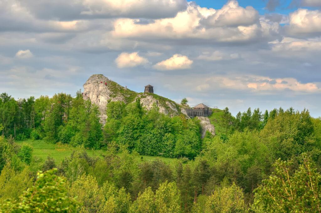 Las iglasty, jakaś góra, na górze klasztor, piękne chmury nad nimi - Prezenty wyjazdowe