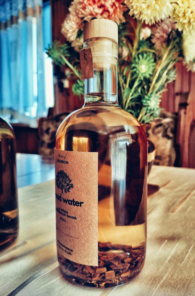 Na zdjęciu butelka bourbonu z zestawu Stwórz Własny Alkohol