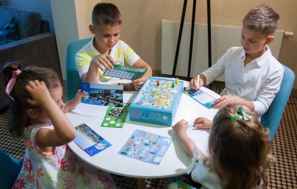 Czwórka dzieci korzysta z pudełka edukacyjnego