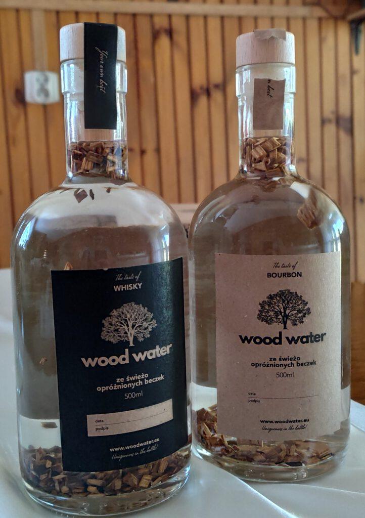 Stwórz Swój Własny Alkohol - Na zdjęciu dwie butelki - bourbon i whisky, które zawierają specjalne płatki. W środku jest alkohol - gotowe na prezent.
