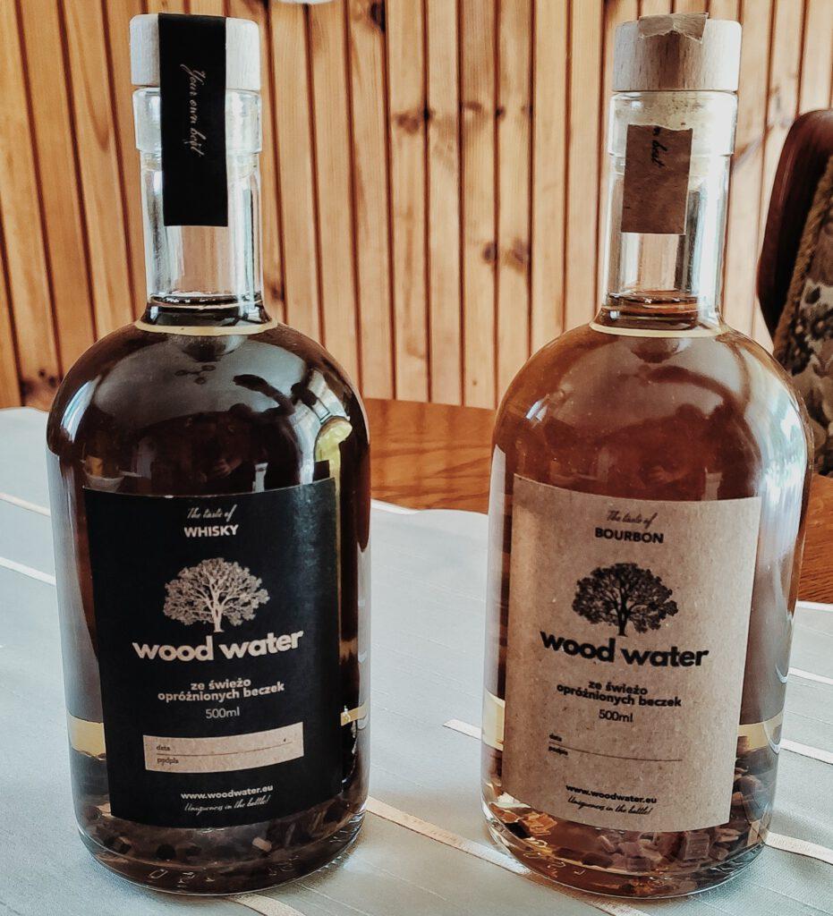 Dwie butelki z whisky i bourbonem, które tworzą zestaw Stwórz Swój Własny Alkohol - 3 tygodnie po zalaniu.