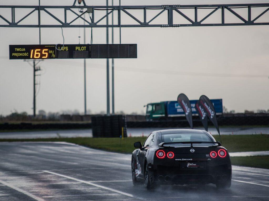 Nissan GT-R - jazda nim to prezent dla fana motoryzacji, jest dostepna na www.wyjatkowyprezent.pl