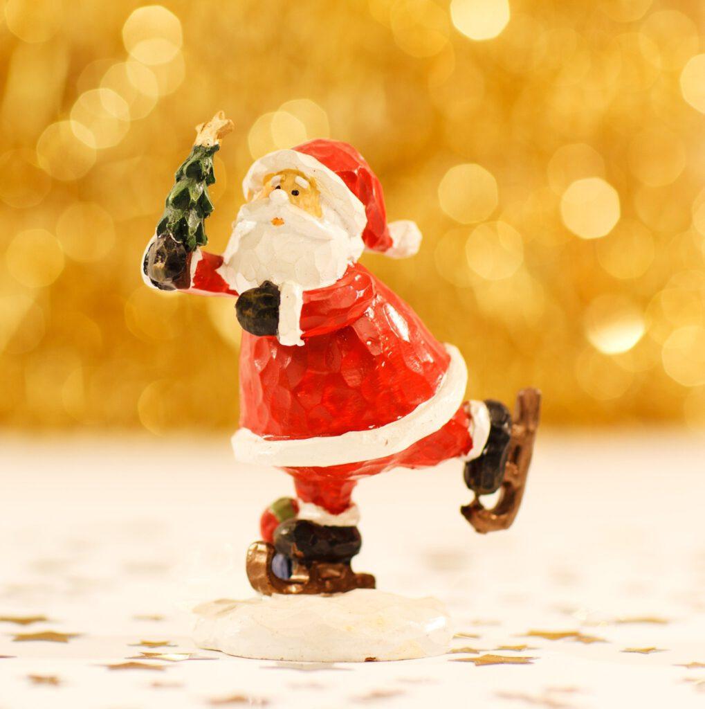 Figurka św. Mikołaja, któy przynosi dzieciom prezenty 6 grudnia.