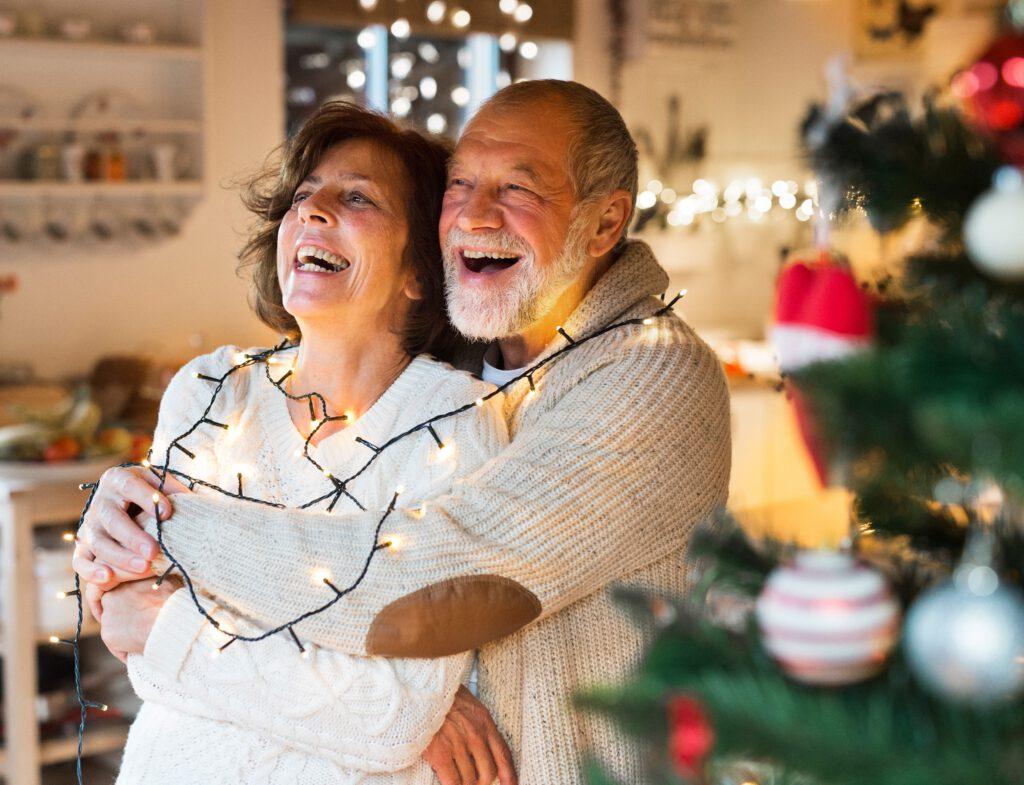 Obrazek pokazuje szczęśliwych dziadków, którym warto wręczyć świąteczny prezent, spełniający marzenia!