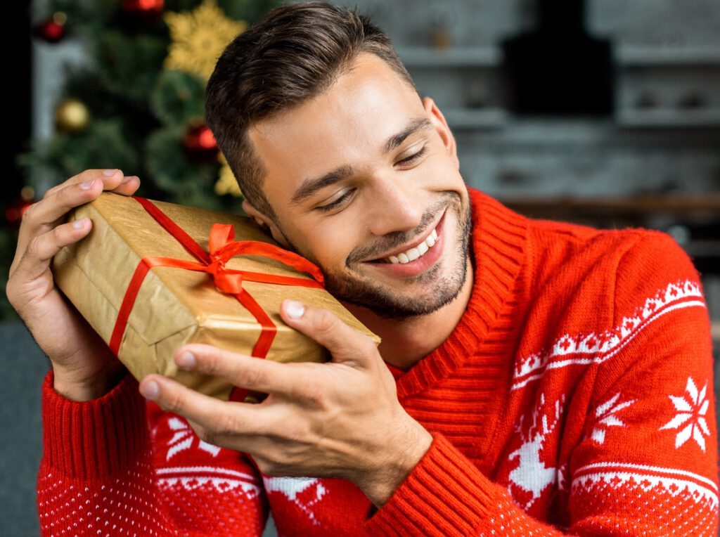Mężczyzna ze świątecznym prezentem.