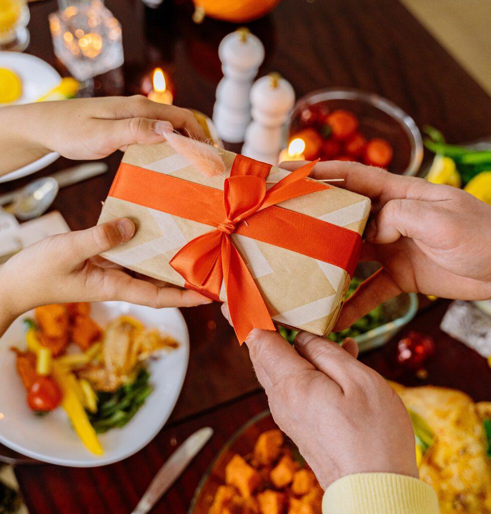 Obdarowywanie prezentami jest ważne w mikołajki! Szczególnie dla dziewczyny warto wybrać fajny prezent mikołajkowy.