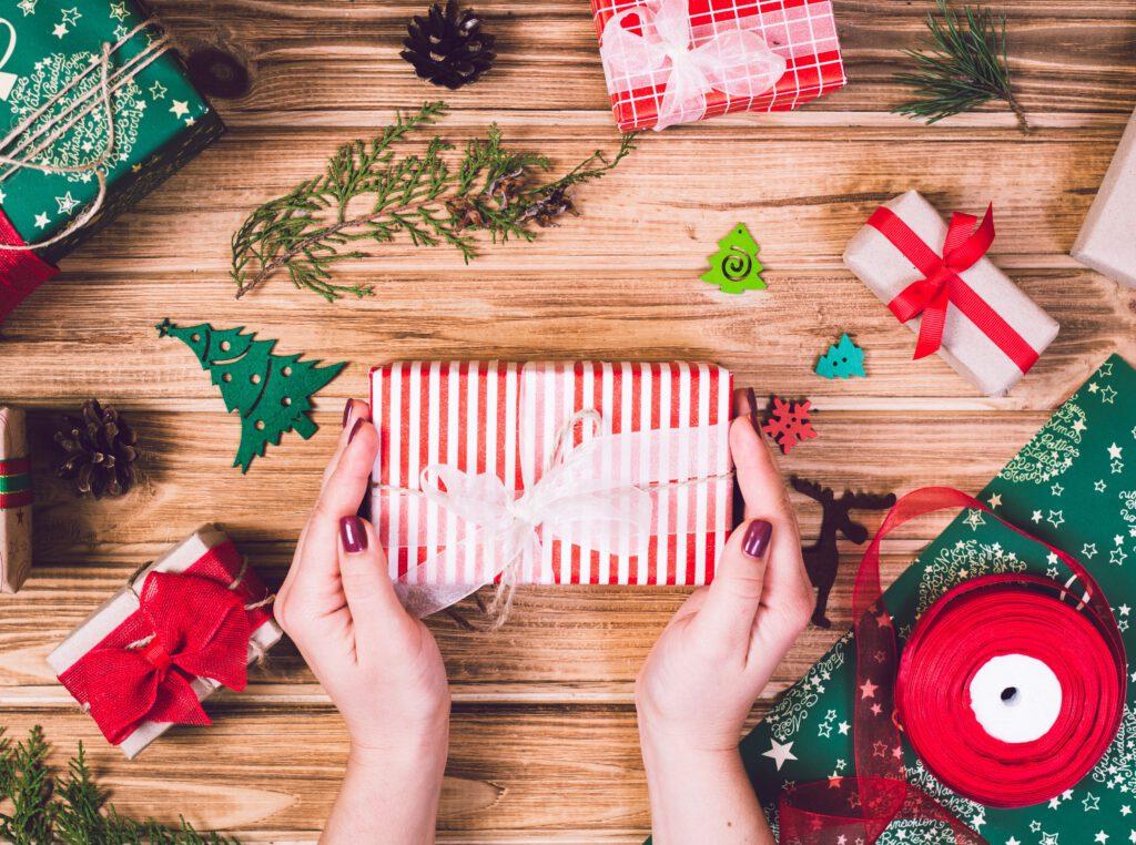 Opakowywanie świątecznego prezentu dla koleżanki