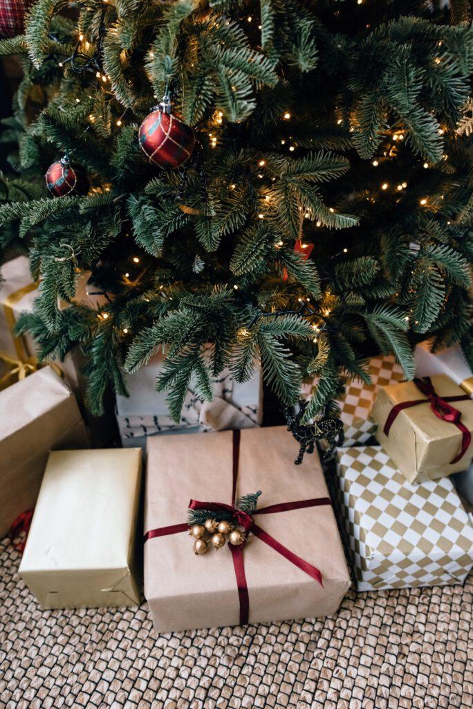 Prezenty pod udekorowaną świąteczna choinką.