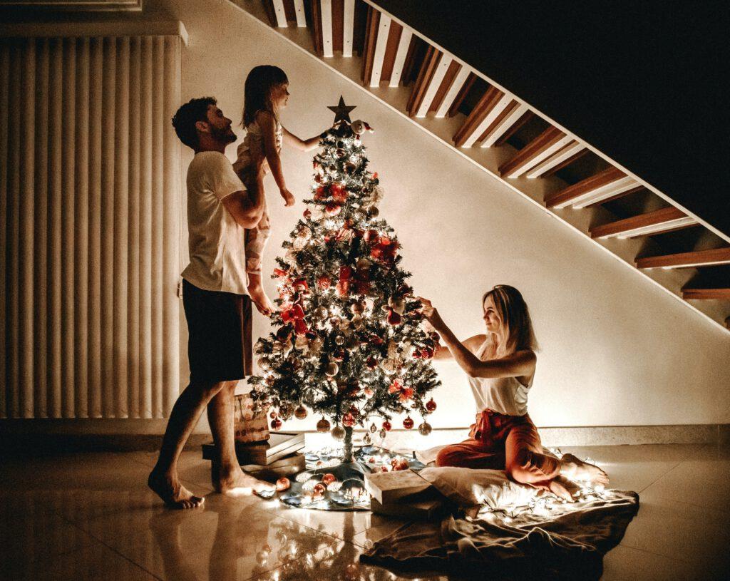 Rodzina ubiera choinkę - najwspanialsze chwile w rodzinnym gronie