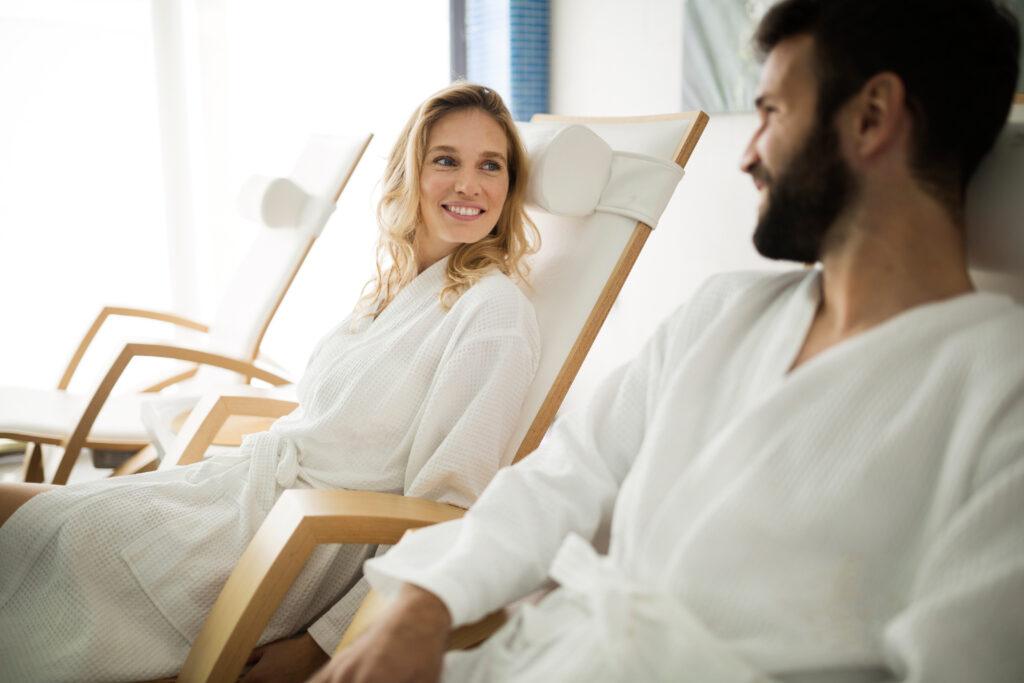 Kobieta i mężczyzna na leżakach w komorze normobarycznej