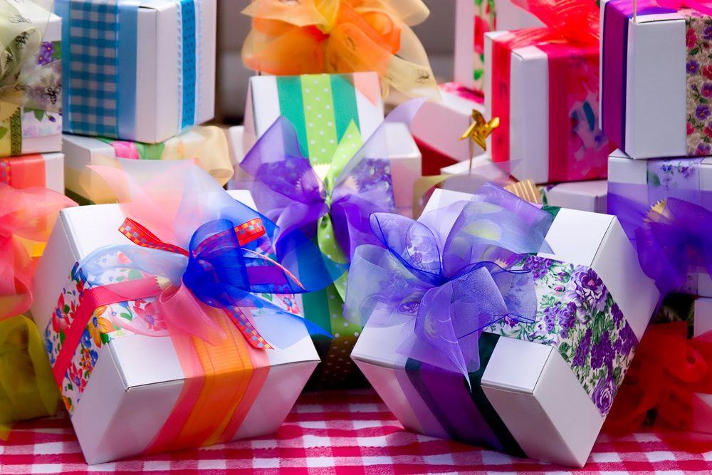 Pudełka na prezent z kolorowymi wstążkami.