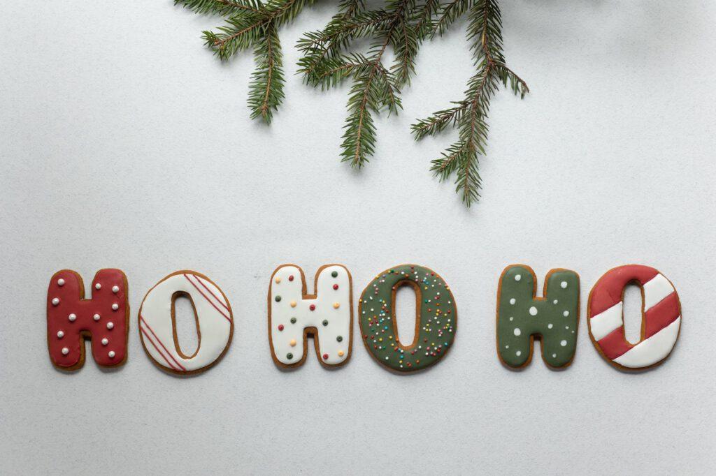 Co można dostać na Święta - świąteczne ciastka układają się w napis hohoho