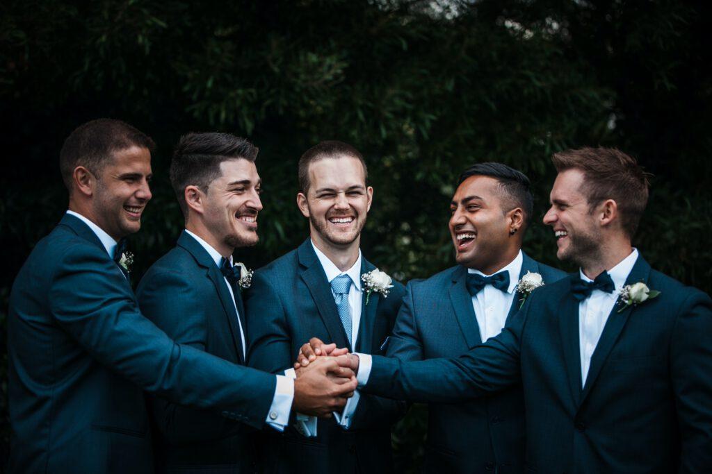 Prośba o świadkowanie - mężczyźni cieszą się razem