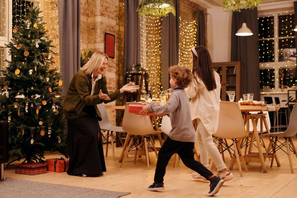 Co kupić mamie na Święta - dwójka dzieci daje prezent swojej mamie