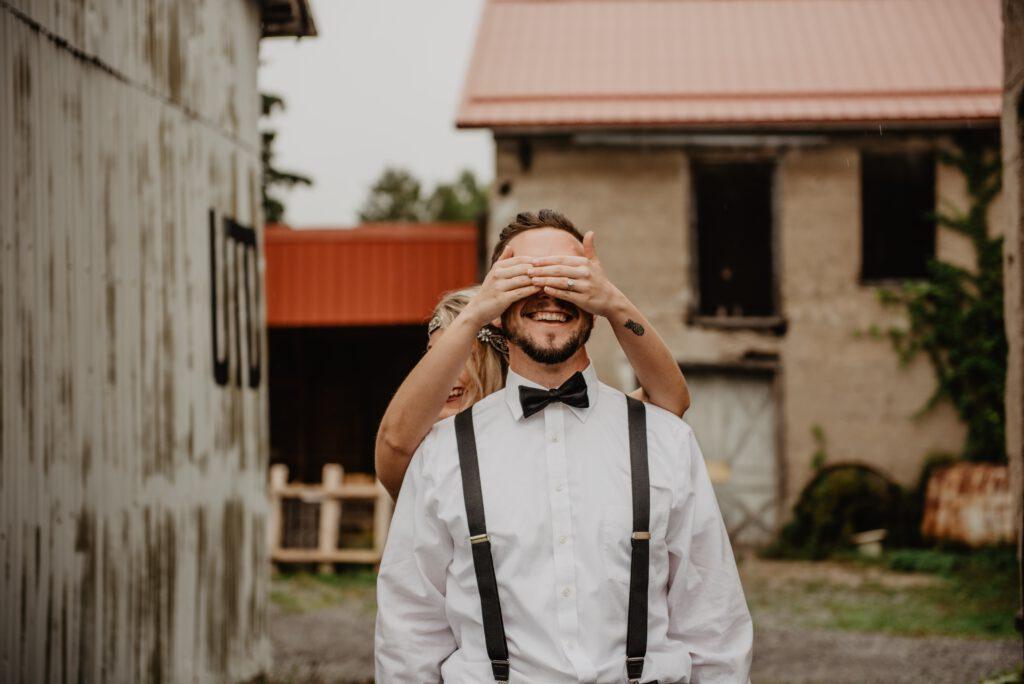 Dzień Chłopaka - kobieta zakrywa oczy mężczyźnie