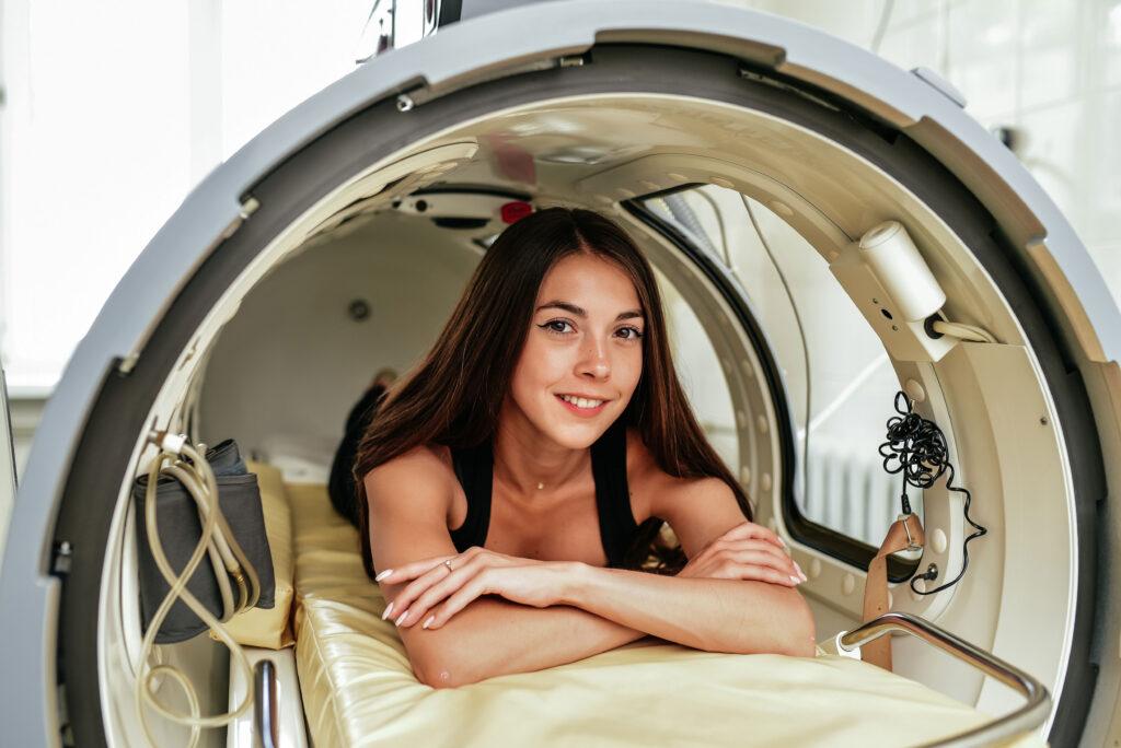 Komora hiperbaryczna - kobieta leży w kapsule